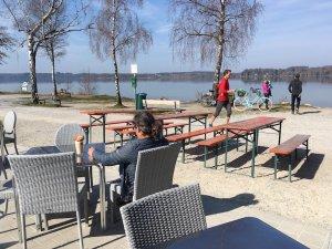 Schon nehmen wochentags erste Kunden ihren Frühstücks-Cappuccino am See ein. Foto: Ulrike Ziegler