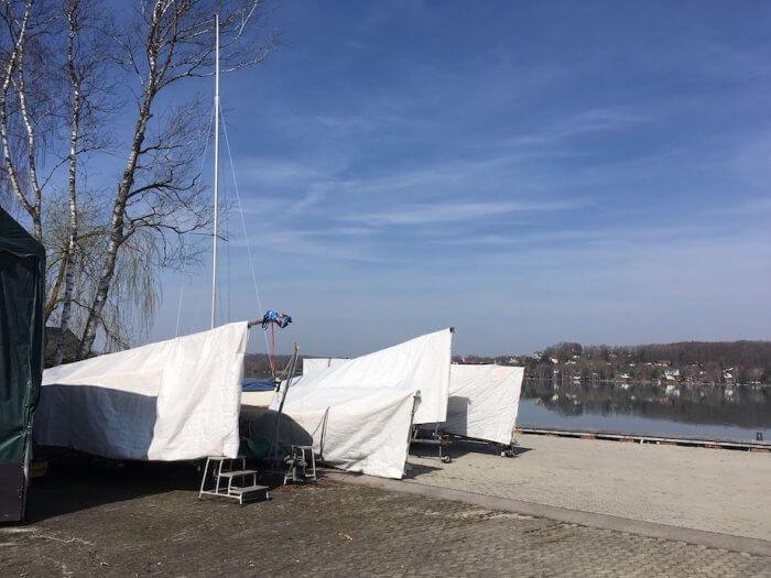 Die Segelboote warten noch winterlich verpackt auf ihren Einsatz. Foto: Ulrike Ziegler