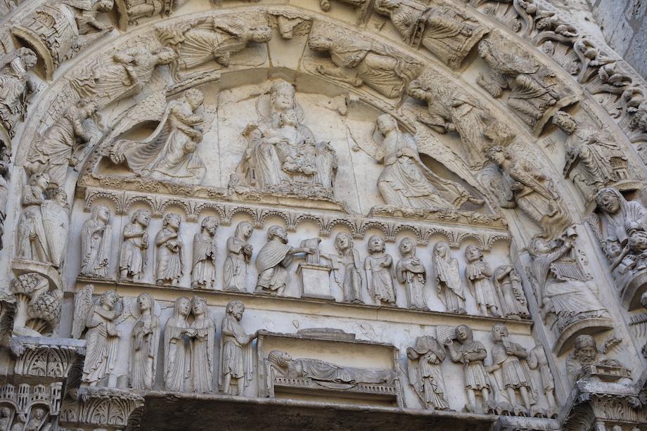 Die Figuren über dem Königsportal der Kathedrale von Chartres. Foto: Stephan Bleek