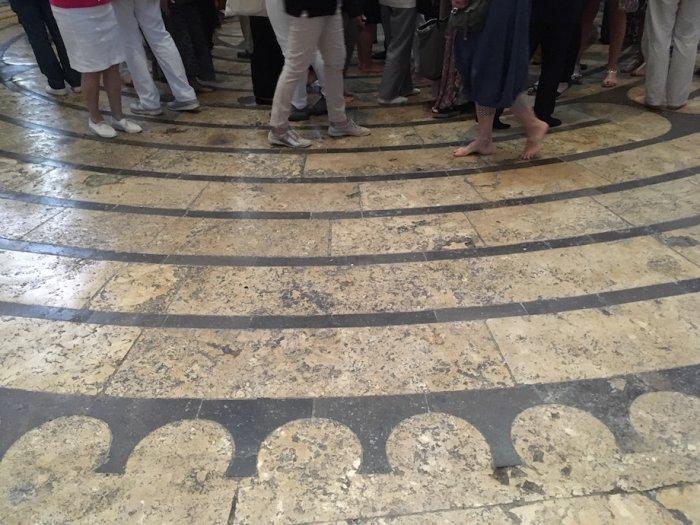 Das Labyrinth im Boden des Mittelschiffs ist eines der wenigen erhaltenen in Frankreich. Foto: Ulrike Ziegler