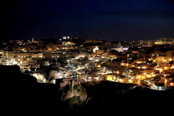 Blick auf Matera bei Nacht. Foto: Stephan Bleek