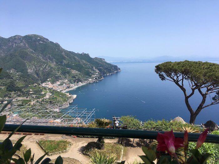 Blick auf die Amalfitanische Küste vom Garten der Villa Rufolo. Foto: Ulrike Ziegler