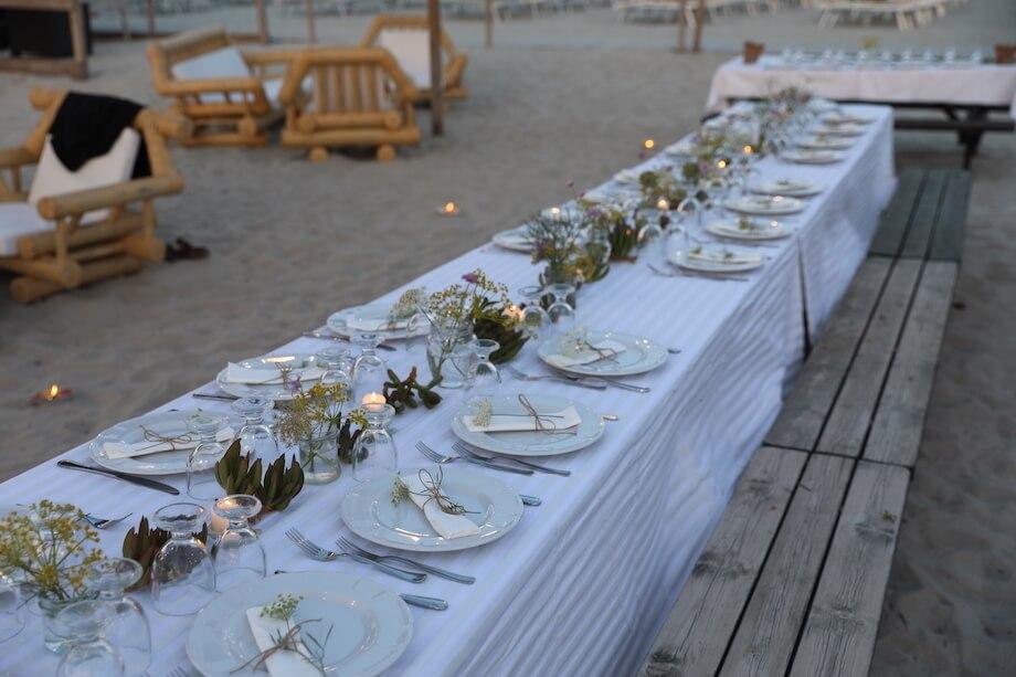 Die liebevoll geschmückte Festtafel am Strand. Foto: Stephan Bleek.