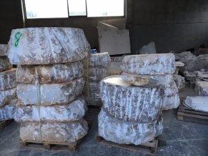 Wie riesige Käselaibe sind die Alabasterbrocken aufgeschichtet. Foto: Ulrike Ziegler