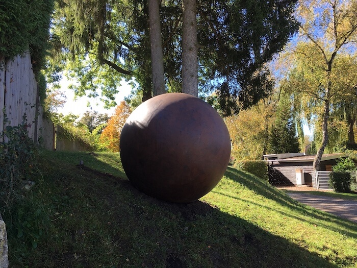 300 kg wiegt die bronzene Weltkugel des verstorbenen Künstlers Hans Thurner.