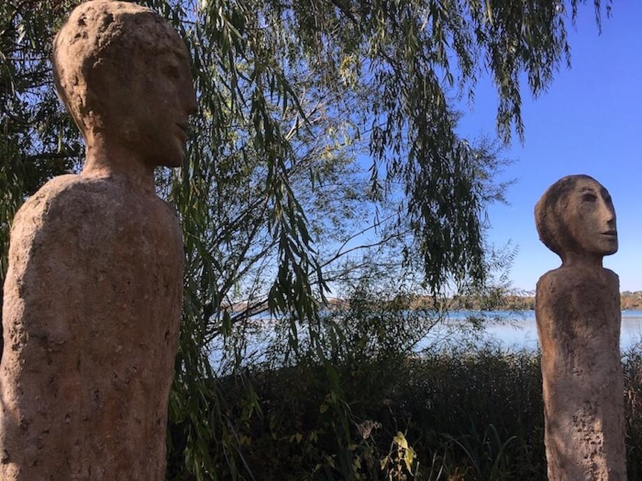 Steinfiguren der Künstlerin Marianne Schweigler aus Breitbrunn am Ufer des Wörthsees. Foto: Ulrike Ziegler