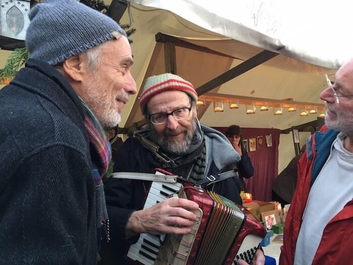 Walter beim Marktrundgang. Foto: Ulrike Ziegler